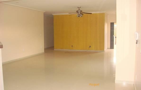 Sala com ventilador de teto e luminária.