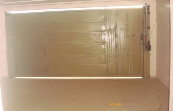 Garagem com portão eletrônico.
